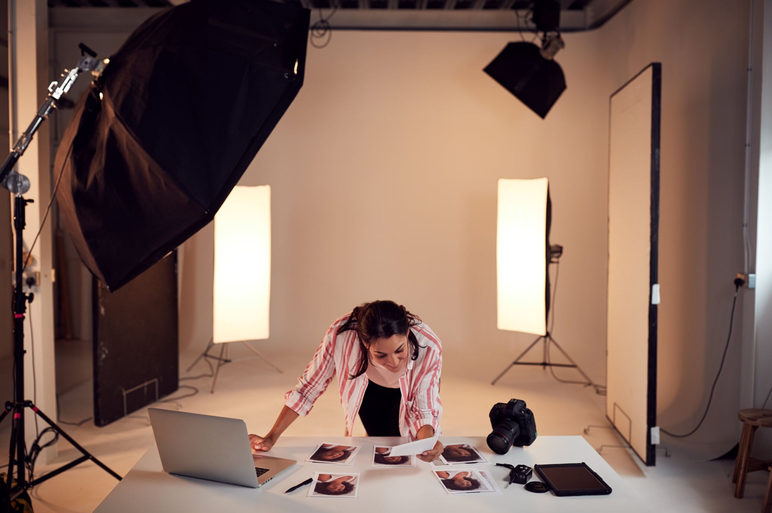 female photographer editing images from photo shoo J3GZWRS min scaled
